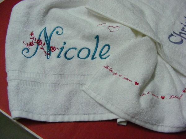 """Sur cette serviette, que nous avons personnalisé avec un prénom, la cliente à aussi fait broder un petit message """"Tatie je t'aime"""" avec des petits coeurs sur toute la largeur de la serviette. Quelques petits coeurs sont aussi parsemés au dessus du prénoms. Vous pouvez donc choisir de personnaliser un cadeau selon vos souhaits, nous construisons avec vous votre projet..."""