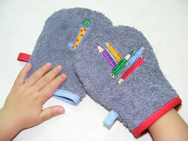 Le Duo gants de toilette,<br /> Pour apprendre la toilette avec des gants adapt&eacute;s aux petites mains.<br /> Pour l&#039;un on choisira un petit motif de broderie bien color&eacute; et pour l&#039;autre une jolie initiale tout aussi color&eacute;...<br /> Il y&#039;en a Pour tous les styles... Venez les d&eacute;couvrir...