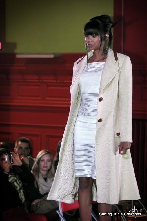 Manteau en lainage bouclé blanc et applications de cuir fauve