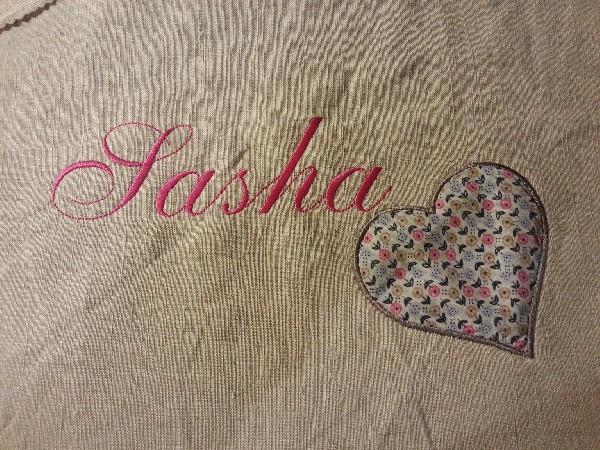 Broderie pour Sasha avec son coeur en appliqué liberty...joli cadre en perspective !