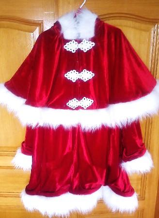 Superbe P&egrave;re Noel de luxe<br /> Quoi de plus magique qu&#039;un superbe P&egrave;re Noel <br /> Il est en velours effet brillant doubl&eacute; de satin <br /> Il ce compose : <br /> D&#039;un manteau rehausser d&#039;une jolie capeline et d&#039;une capuche le tous toujours doubler de satin <br /> Ce jolie p&egrave;re Noel a aussi un Bonnet et un pantalon <br /> La fourrure est &eacute;paisse et fourni <br /> Pour le rendre encore plus particulier il ce ferme de 3 Tr&egrave;s beau Brandebourg