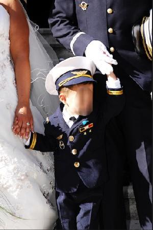 Réalisation d'un mini costume de pilote avec décorations pour le fils du marié