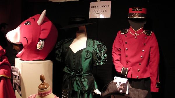 Différents costumes présentés lors d'une exposition d'artisans d'art.
