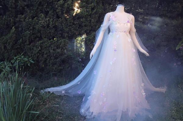 La plus jolie princesse ce sera vous dans cette robe toute en transparence et en légèreté .<br /> Soyez gracieuse comme la belle aux bois dormants pour un mariage de comte de fées