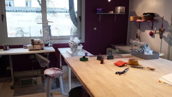 Le coin couture dispose de 3 machines a coudre et de 2 surjeteuses, ainsi qu'une grande table de coupe pour le patronnage et la coupe des tissus.