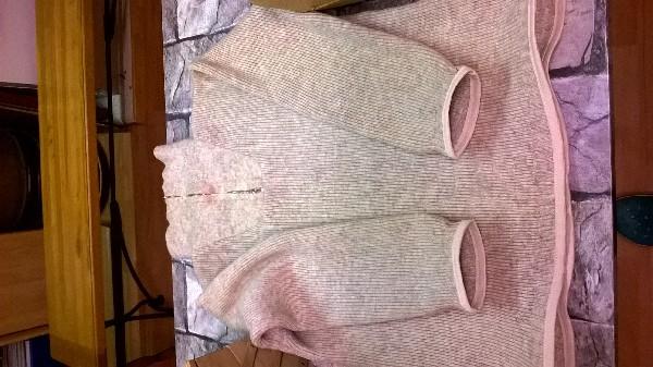 Retouches d'un pull en lainage abimé ( pose de biais élastique respectant l'élasticité de la maille).