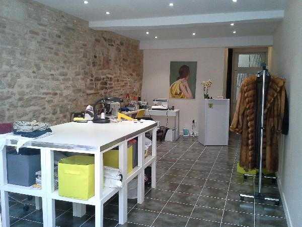L'intérieur de l'Atelier Couture au 30 rue Désiré Mathivet à Tournus qui vous attend pour tous vos travaux de retouches et confections.