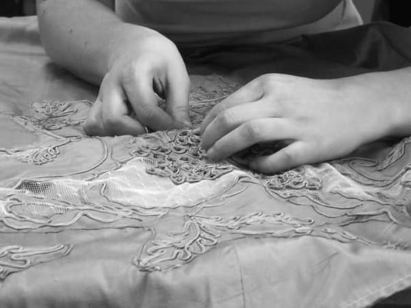 Création d'une robe 1900 à partir des lambeaux d'une robe d'époque en récupérant les applications, dentelles et broderies.