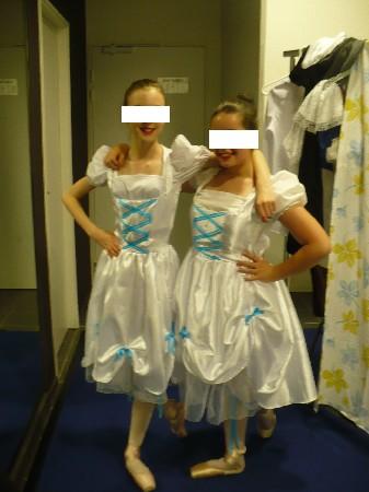 L'ensemble se compose d'une culotte longue en coton blanc agrémentée de ruban de satin Bleu, d'une blouse en coton blanc et d'une robe en satin blanc agrémentée de satin bleu sur le corsage ainsi que sur le bas de la jupe, une épaisseur de tulle sur la jupe pour donner plus de volume. fermeture sur le coté par fermeture éclair invisible.<br /> Modèle créé pour le club de Danse de Ris Orangis (91)