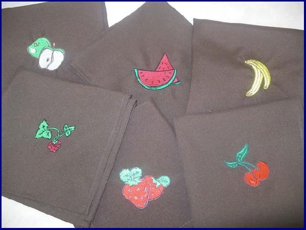 Serviettes brodées : 1 fruit par personne, plus de confusion possible entre les serviettes