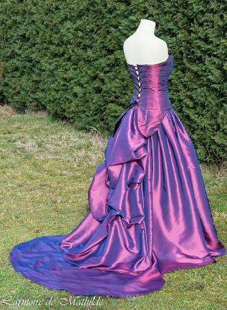 Robe de mariée en taffetas de polyester changeant fuchsia. Réalisée pour être vendue sur etsy. Convient pour un 36/38 et 165cm