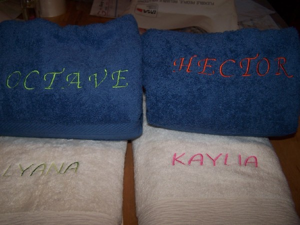 broderies prénoms sur drap de bain.