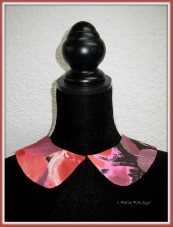 Col Claudine en tissu imprim&eacute; fleur fuchsia<br /> <br /> Grand col Claudine plat dans les tons roses et fuchsia, imprim&eacute; grosses fleurs, dans un tissu synth&eacute;tique doubl&eacute; en taffetas. <br /> Ferm&eacute; sur le devant par une agrafe en son milieu. <br /> Id&eacute;al pour finaliser une tenue, &eacute;gayer un petit pull, apporter une touche d&#039;&eacute;l&eacute;gance et d&#039;originalit&eacute;. L&#039;accessoire tendance du moment!